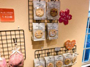 ラ・クレマンティーヌ店内の壁に飾ってある焼き菓子