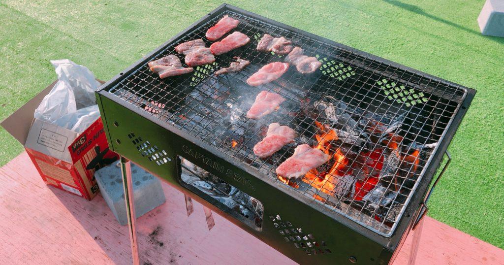 バーベキューコンロでお肉を焼いている