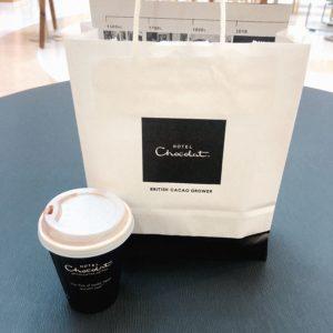 ホテルショコラの買い物袋とドリンク