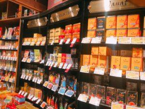 紅茶の商品が並んでいる