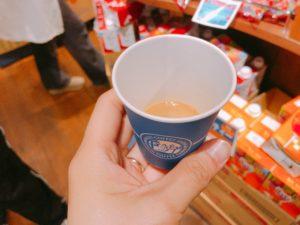 コーヒーを手に持っている