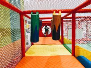 立体遊具の中で遊ぶ子供
