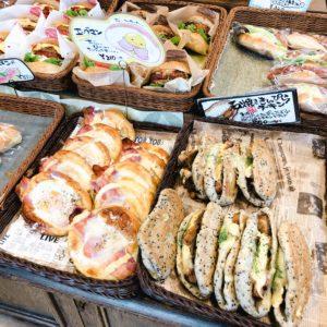 惣菜パンが陳列されている