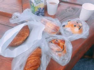購入したパンが並んでいる