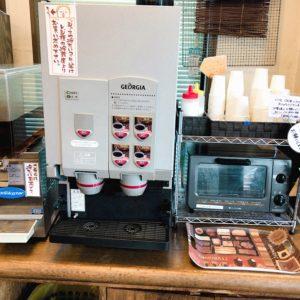 コーヒーメーカーとトースターが並んでいる