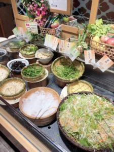 食べ放題の野菜が並んでいる