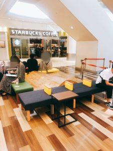 成田空港内にあるテーブルとイス