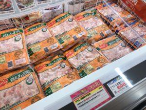 冷凍されたお肉が並んでいる