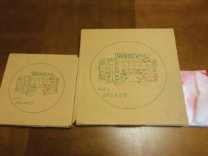 テイクアウトのピザが2つ並んでいる