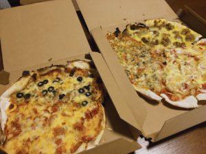 ピザが2つ並んでいる