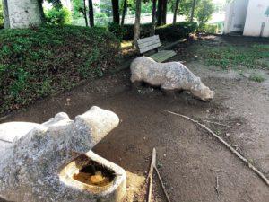 公園の中にかばの石像がある