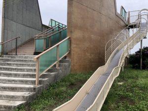 すべり台と階段がある