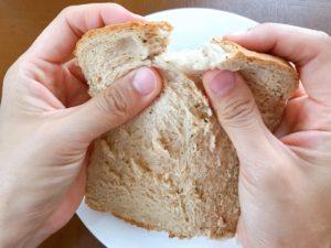 食パンをちぎっている