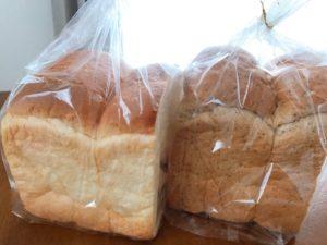 2つの食パンが並んでいる