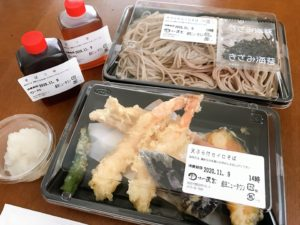 天ぷらそばのセットがテーブルに並んでいる