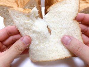 食パンをちぎっているところ