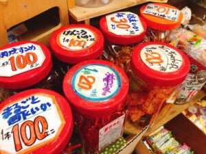 駄菓子が並べられている