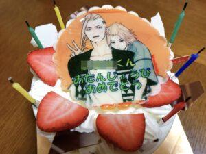 イラストが描かれたホールケーキ