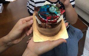 トーマスのイラストが描かれたホールケーキ
